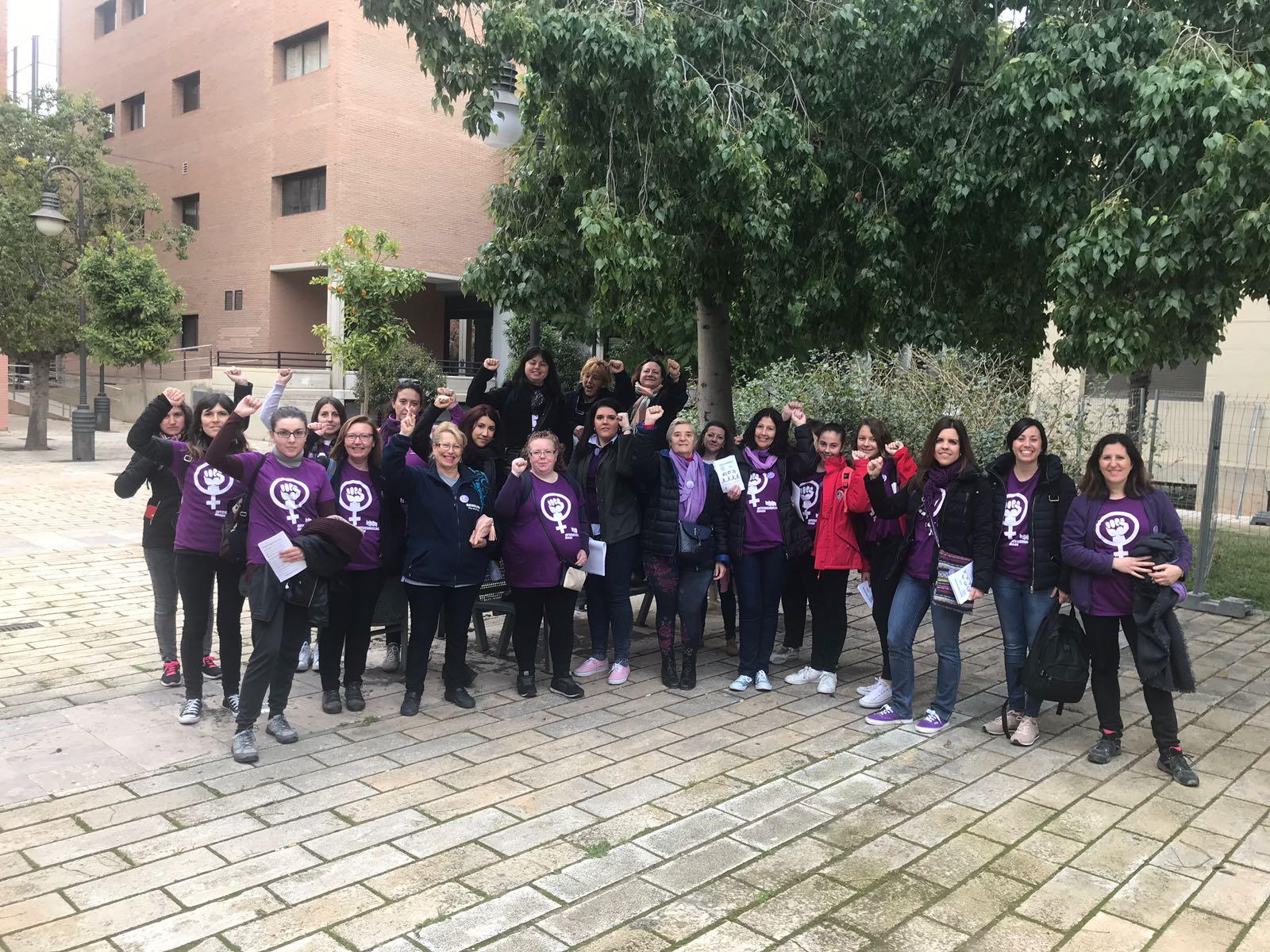 Dones de la Intersindical Valenciana participant a les accions del dia 8 de març