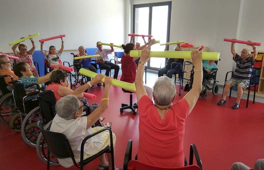 Imatge d'una activitat en grup en el centre de dia i residència de persones majors dependents de Quart de Poblet.