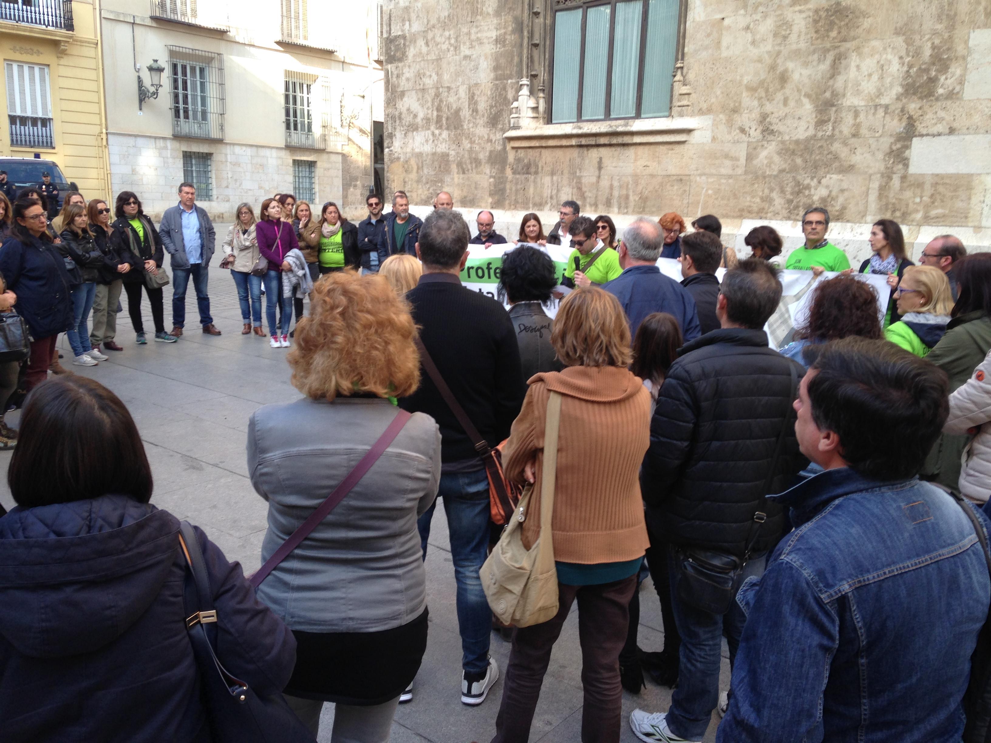 Un moment de la concentració d'ahir de professorat interí a València
