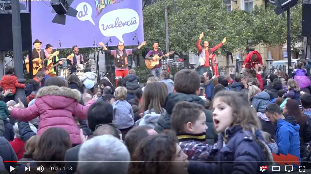 Milers de persones reivindiquen l'educació i el valencià